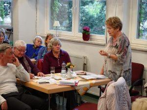 Frau Prof. Schießl (rechts) von der Volkssolidarität erläutert ihre Vorstellungen Foto: M. Ziemann